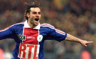 Photo d'archives du 2 mai 1998 montrant l'attaquant italien du Paris Saint Germain Marco Simone revêtu de son maillot RTL