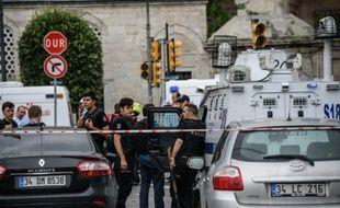 La police turque sur le site où s'est produit un attentat à la voiture piégée à Istanbul, le 7 juin 2016