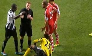Le milieu de terrain français de Newcastle Moussa Sissoko frappe involontairement un arbotre, le 14 décembre 2013.