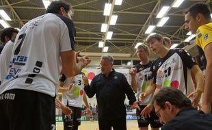 Le coach Nikola Matijasevic, donnant les consignes à ses joueurs contres Asnières, le 13 décembre 2014.