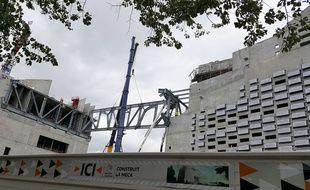 Installation des poutres métalliques reliant les deux bâtiments de la future Meca à Bordeaux