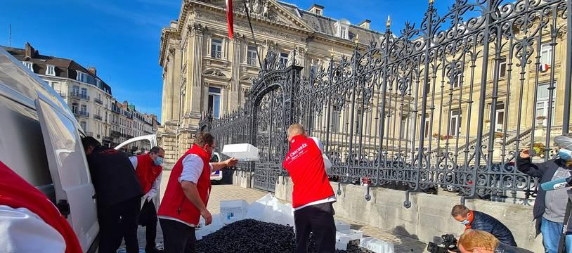 Près de 2 tonnes de moules ont été jetées devant la préfecture à Lille.