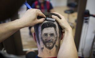 Le visage de Lionel Messi dessiné aux ciseaux sur le crâne d'un client.