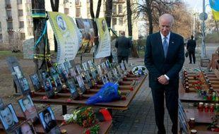 Le vice-président américain Joe Biden rend hommage aux victimes du soulèvement de la place de Maïdan, à Kiev, le 7 décembre 2015