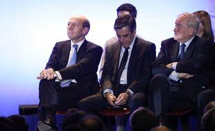 François Fillon sur son smartphone, à Maisons-Alfort, au moment de l'annonce de l'ouverture d'une information judiciaire.