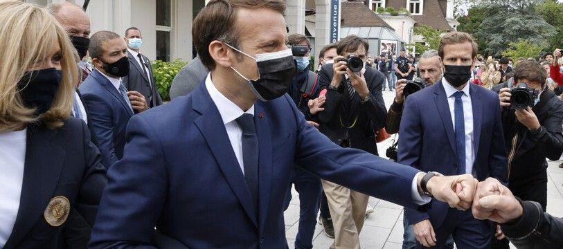Emmanuel Macron s'est offert un bain de foule avant d'aller voter au premier tour des régionales, au Touquet le 20 juin 2021.