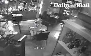 Une image de la vidéosurveillance du restaurant La Casa Nostra, vendue au «Daily Mail».