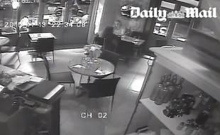 Une image de la vidéosurveillance du restaurant La Casa Nostra, vendue au Daily Mail.