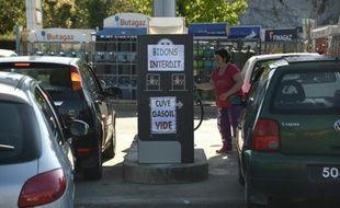 Des personnes tentent de faire le plein de leur véhicule à Combourg près de Rennes, le 24 mai 2016