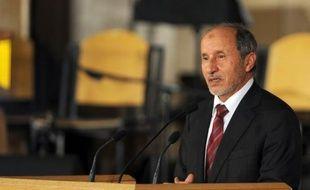 Le chef des nouvelles autorités libyennes, Moustapha Abdeljalil, a exclu dimanche une démission du Conseil national de transition (CNT), qui fait face à une crise politique ayant contraint son numéro deux à jeter l'éponge.