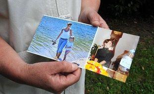 Francoise Caudal, la tante d'Anne Caudal, montre des photos de la jeune femme enceinte disparue depuis une semaine dans la région de Rennes, le 15 juillet à Sulniac.