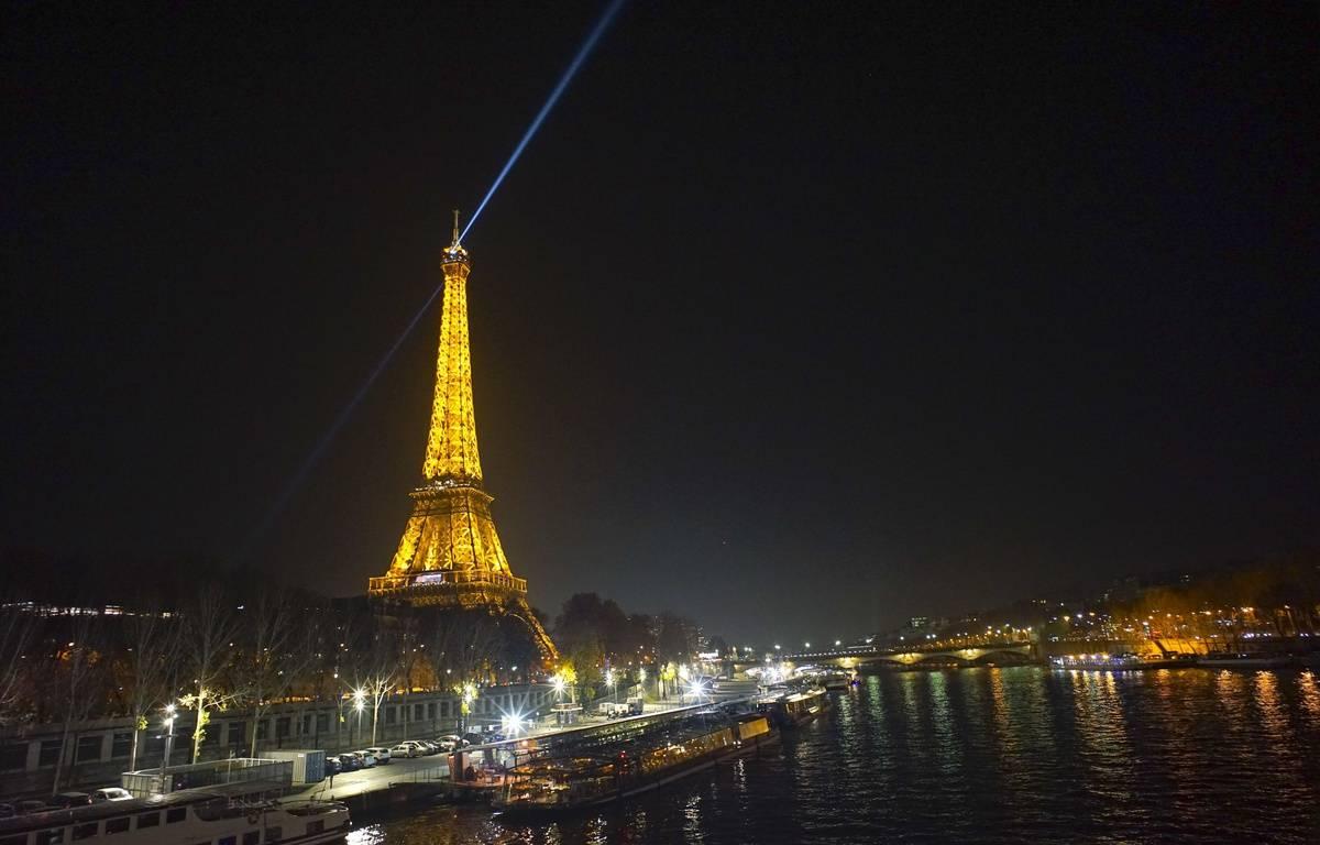 Paris pourquoi le phare de la tour eiffel est il teint - Prix pour monter a la tour eiffel ...
