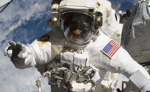 Un astronaute américain en manœuvre à l'extérieur de la Station spatiale internationale.