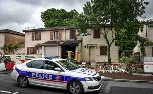 Une voiture de police devant la maison théâtre d'un féminicide le 4 mai 2021, à Mérignac.