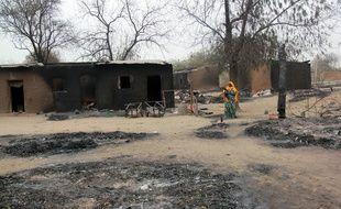 Une femme marche au milieu des maisons brûlées par Boko Haram à Baga, au Nigeria, sur cette image d'archive du 21 avril 2013. Baga a de nouveau été attaquée par l'organisation terroriste.