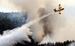 Les pompiers grecs soutenus par l'armée et des renforts serbes, jetaient samedi toutes leurs forces contre un incendie ravageant la forêt épargnée depuis des décennies de la communauté monastique orthodoxe du Mont Athos (nord-est).