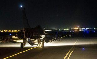 Photo fournie par l'Etablissement de Communication et de Production Audiovisuelle de la Défense (ECPAD) française le 15 novembre 2015 montrant un avion de combat Rafale décollant des Emirats Arabes Unis pour bombarder Raqa