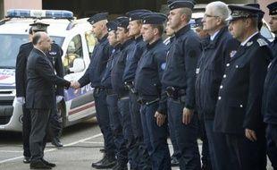 Le ministre de l'Intérieur Bernard Cazeneuve (g) salue les forces de l'ordre, le 15 mai 2016 à Rennes