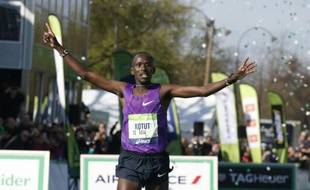 Le Kenyan Cybrian Kotut franchit la ligne d'arrivée du 40e marathon de Paris, le 3 avril 2016