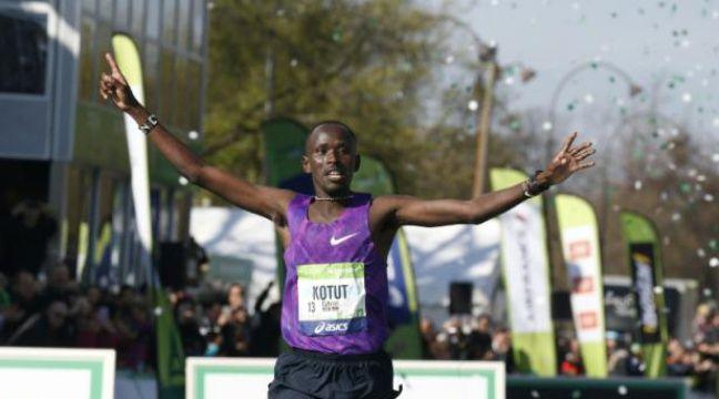 Le Kenyan Cybrian Kotut franchit la ligne d'arrivée du 40e marathon de Paris, le 3 avril 2016 – THOMAS SAMSON AFP