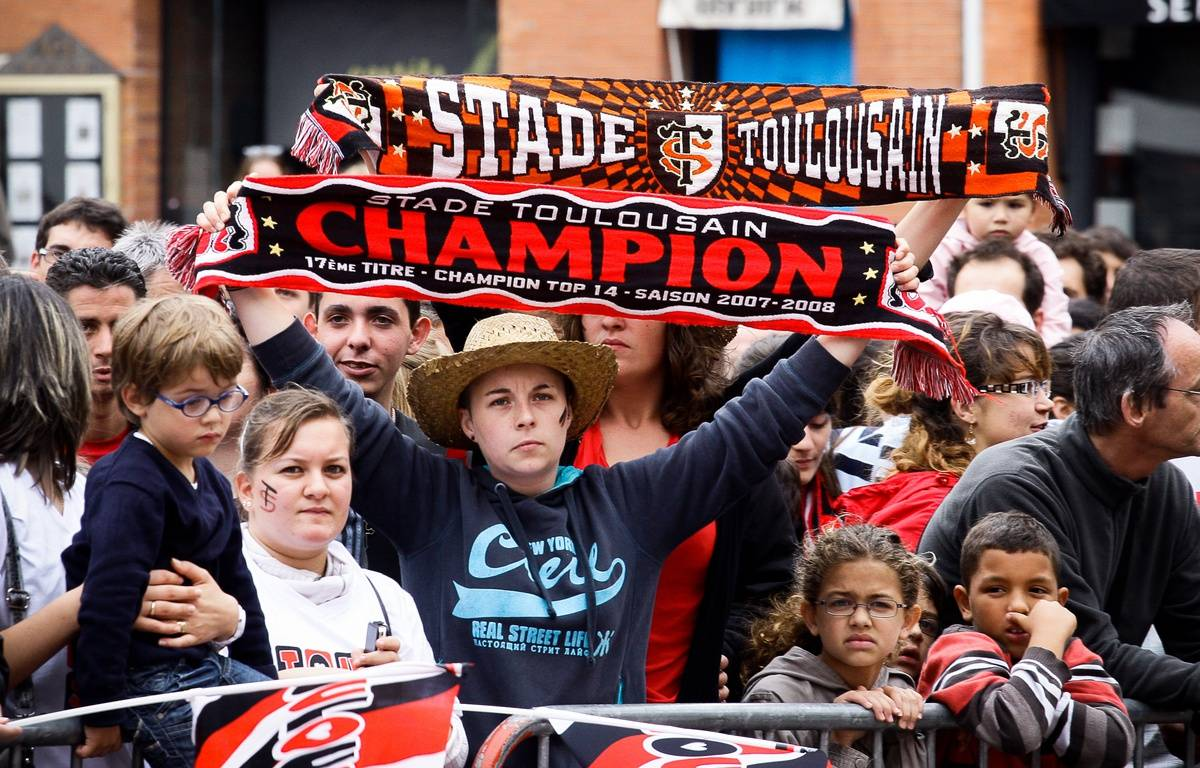 Des supporters du Stade Toulousain sur la place du Capitole le 10 juin 2012, après le dix-neuvième titre de champion de France. – F. Scheiber / 20 Minutes
