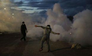 Calais (Pas-de-Calais), le 22 octobre 2016. Des militants altermondialistes jettent des pierres sur les forces de l'ordre à la veille du début du démantèlement de la «jungle».