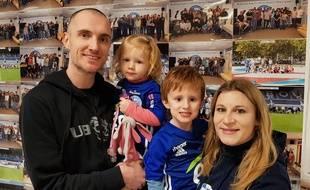 Strasbourg: Avec leurs enfants, Grégory et Anaïs suivent le Racing partout (et avec poussettes)