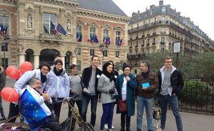 Des adhérents d'En marche! devant la mairie du XIXe arrondissement, à Paris, avant une opération tractage, le 19 mars 2017.