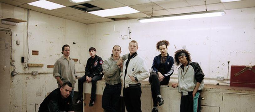 Josh Lloyd-Watson et Tom Mc Farland, les deux fondateurs du groupe, au centre.