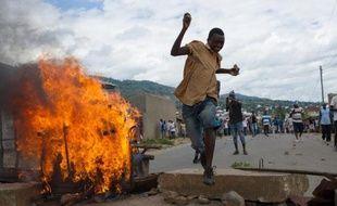 Un manifestant au Burundi saute au-dessus d'une barricade, le 6 mai 2015 à Bujumbura