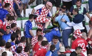 Les bagarres dans cette tribune croate du stade Geoffroy-Guichard ont été accompagnées de pétards et de fumigènes lancés en direction des forces de l'ordre.