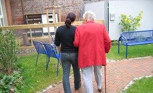 Illustration d'une personne âgée accompagnée par un aidant.