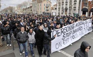 Des personnes défilent le 7 janvier 2012 à Clermont-Ferrand en soutien à  un homme de 30 ans arrêté de façon «musclée» la nuit du réveillon et  dans le coma depuis.