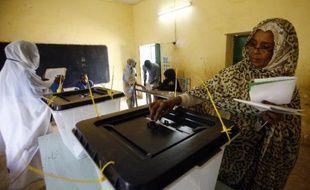 Une femme vote le 13 avril 2015 à Khartoum, au premier jour de l'élection présidentielle au Soudan