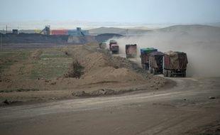 Des camions se rendent à la mine de Tavan Tolgoi, la plus grosse mine de charbon de Mongolie dans le désert de Gobi, le 26 juin 2016
