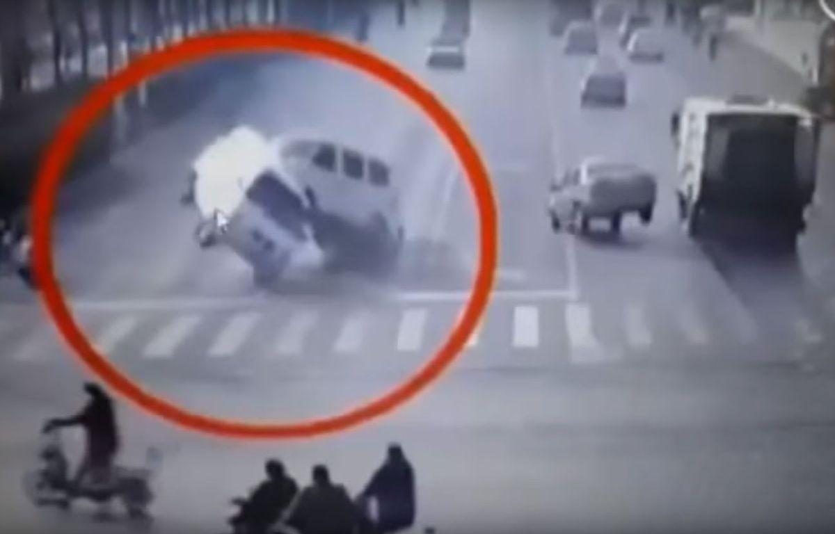 Au carrefour de cette route chinoise, trois voitures semblent soudainement tirées vers le haut, comme si elles lévitaient. – Fast News / YouTube
