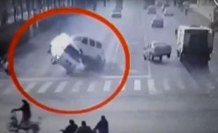 Au carrefour de cette route chinoise, trois voitures semblent soudainement tirées vers le haut, comme si elles lévitaient.