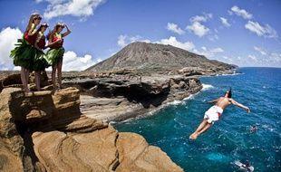 Le plongeur colombien Orlando Duque s'entraîne en marge du Red Bull Cliff Diving à  Oahu, Hawaii le 8 septembre 2010. La dernière épreuve des World Series 2010 aura lieu le dimanche 12 septembre.
