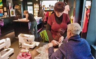Ces cours de couture ne désemplissent pas et il faut réserver plusieurs semaines à l'avance.