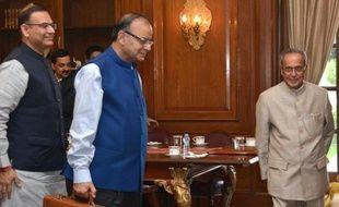 Le ministre indien des Finances, Arun Jaitley (c) arrive au palais présidentiel à New Delhi, le 28 février 2015