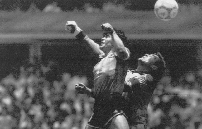 Maradona qui marque de la main devant Shilton, l'action sans doute la plus célèbre de l'histoire de toutes les Coupes du monde.