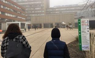 Il est 9h30, l'hôpital Hautepierre, à Strasbourg, est encore sous la brume.