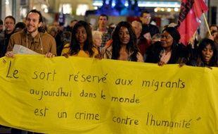 Des manifestants dénonçant l'attaque contre un squat de migrants marchent à Nantes, le 10 novembre 2015