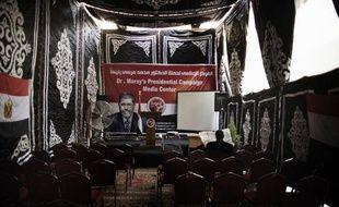 Le second tour de la présidentielle en Egypte devrait opposer le candidat des Frères musulmans, Mohammed Morsi, à un symbole du régime du président déchu Hosni Moubarak, Ahmad Chafiq, selon des résultats donnés vendredi par la confrérie islamiste et la presse.