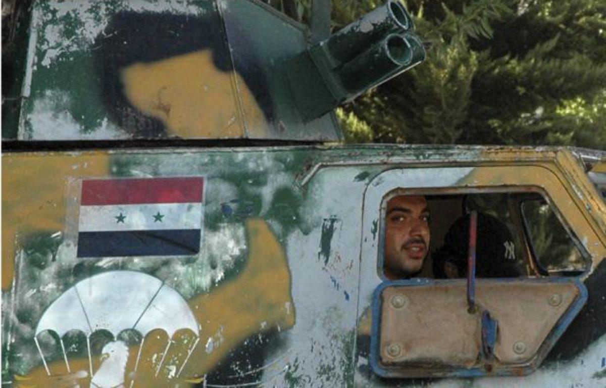 Un soldat syrien dans un véhicule de l'armée dans une rue d'Hama, en Syrie, le 11 août 2011. – REUTERS/Mehmet Emin Caliskan
