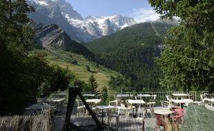 La terrasse vide d'un bar à La Grave, dans les Hautes-Alpes, le 6 juin 2015