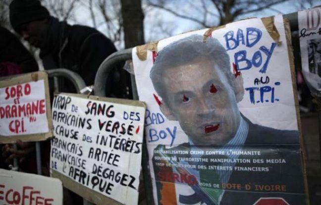 Deux cent cinquante personnes selon la police, 500 selon les organisateurs, ont manifesté samedi devant le centre de détention de la Cour pénale internationale (CPI) à La Haye où est écroué l'ancien président ivoirien Laurent Gbagbo, soupçonné de crimes contre l'humanité, a constaté une journaliste de l'AFP.