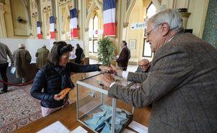 Une femme vote pour les Européennes 2019