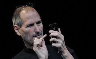 Steve Jobs, le fondateur d'Apple, dévoile l'iPhone 4 à San Francisco en Californie, le 7 juin 2010.