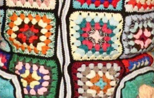 Le pull a sans doute été réalisé à partir d'un couvre-lit des années 1970, indique son propriétaire.